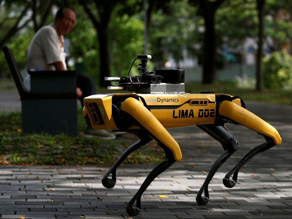 سگ روبات سنگاپور مردم را به رعایت فاصله اجتماعی تشویق می کند