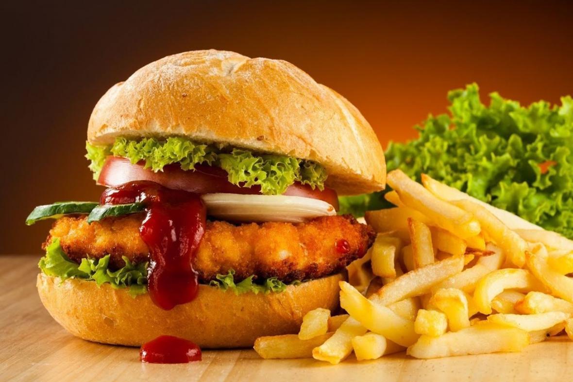 طرز تهیه همبرگر مرغ سوخاری یا زینگر برگر با سس پنیر گودا به روش KFC