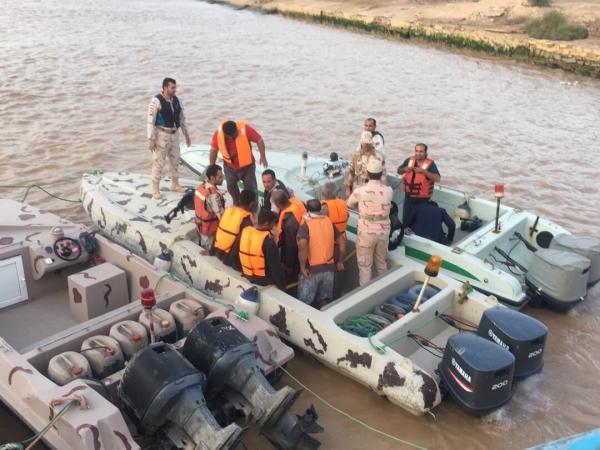 خبرنگاران هفت خدمه لنج باری در آب های پارسیان از غرق شدن نجات یافتند