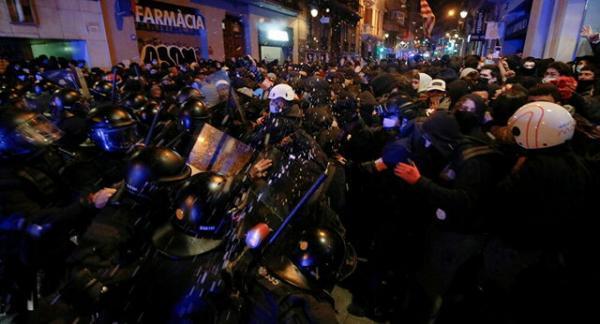 درگیری پلیس با معترضان در بارسلونا ادامه دارد