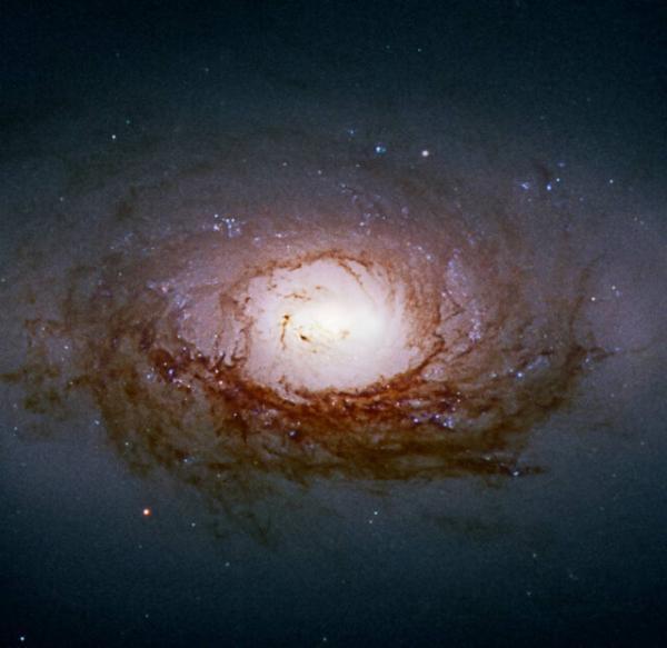 قلب درخشان یک کهکشان مارپیچی